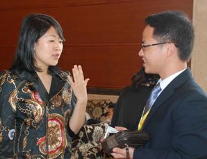 戴爾大中國區**總監洪維女士與易展CEO林偉交談